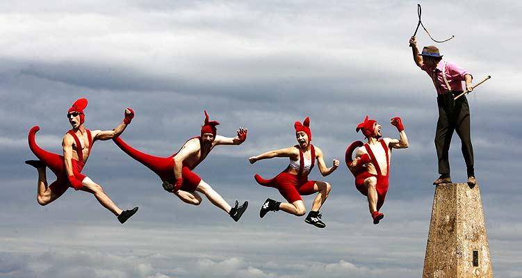 Diablos saltarines (1/8/2008). Diablos saltarines. Acróbatas del Circus Oz saltan durante la presentación de su espectáculo en el Festival de Edimburgo.
