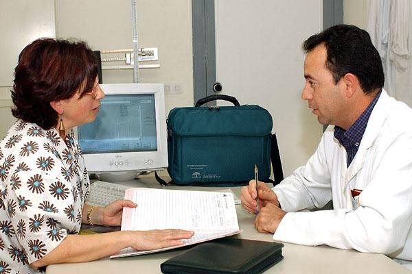 Médico y paciente en un ambulatorio.