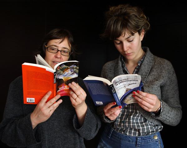 Dos jóvenes leyendo un libro
