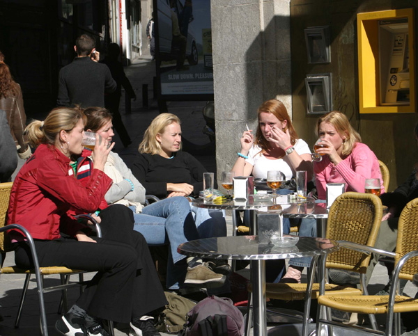 Grupo de amigos tomando el aperitivo