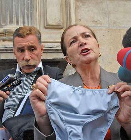 La madre de Rocío Wanninkhof muestra unas bragas a la prensa