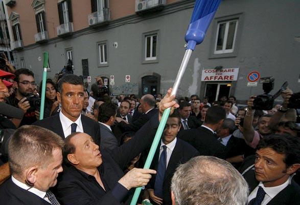 Berlusconi coge la escoba
