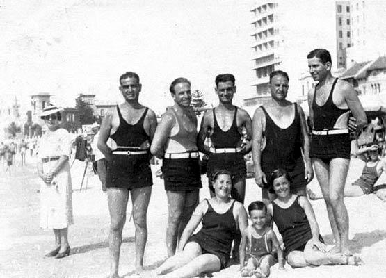 Traje De Baño Antiguo Hombre:un grupo de hombres en una playa de uruguay maría alejandra sanuto
