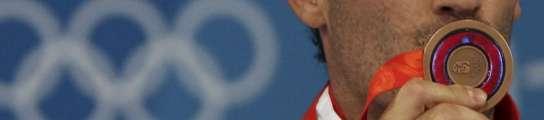José Luis Abajo besa su medalla