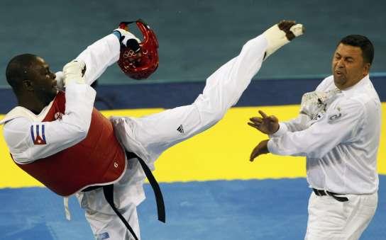 El cubano Ángel Valodia, fotografiado en el momento que agrede a un árbitro; una acción por la que ha sido suspendido para toda competición (REUTERS)