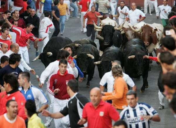 Dos heridos por asta de toro en el encierro más peligroso de la semana