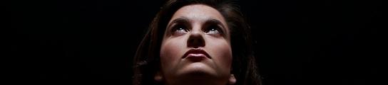 Mujer en la oscuridad