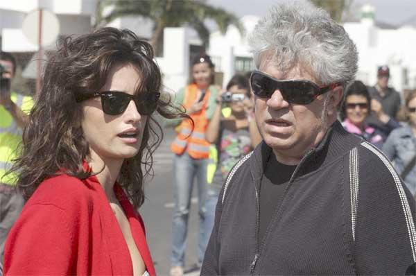 Penélope Cruz y Pedro Almodóvar, durante el rodaje de 'Los abrazos rotos'.