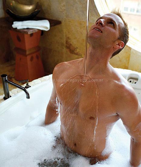 Desnudos en favor del sida. Wild Wet, es un calendario realizado por el fotógrafo Ward Morrison en las Playas Nudistas de San Martin en España, y en un local del spa B & B en Dupont Circle.