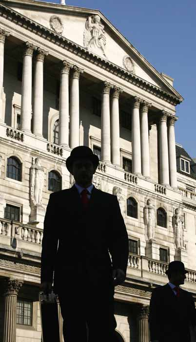 Un actor frente al Banco de Inglaterra durante un programa de televisión