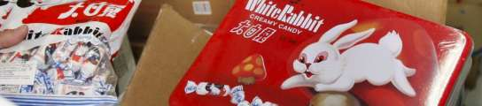 Incautan leche china, paquetes de galletas y caramelos White Rabbit en Madrid.