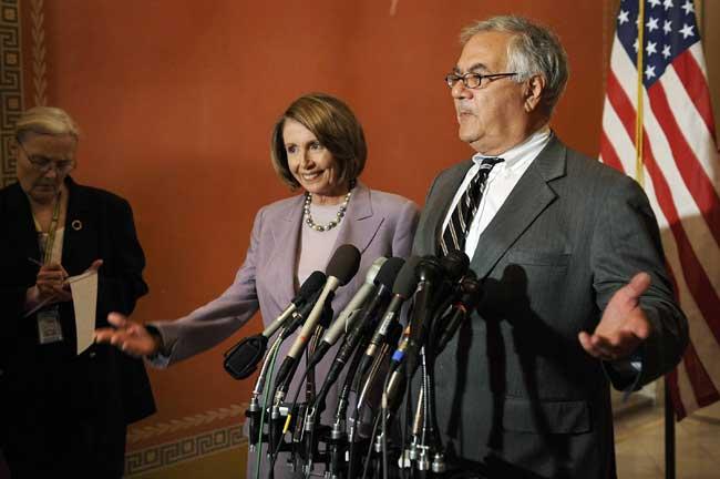 La presidenta de la Cámara de Representantes, Nancy Pelosi (c), y el demócrata Barney Frank