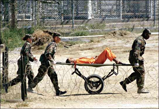Un preso de Guantánamo, transportado en camilla