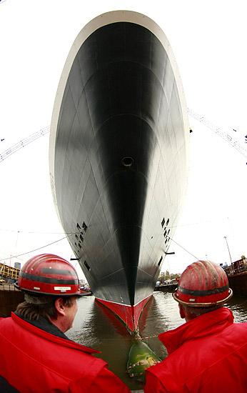 Queen Mary a revisión (24/10/2008). A revisión. El crucero Queen Mary 2 en el astillero Blohm + Voss de Hamburgo, Alemania, donde estará tres semanas para operaciones de mantenimiento.