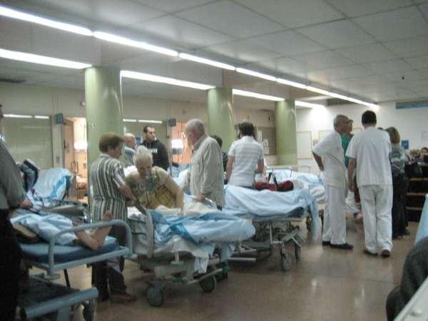 Amontonamiento de camillas en el Hospital