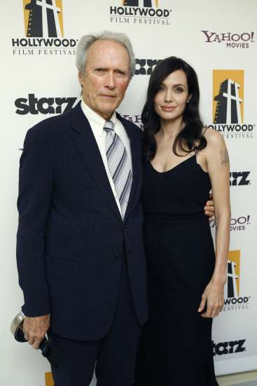 Angelina Jolie y el galardonado Clint Eastwood tras la ceremonia de entrega de premios