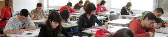 Un grupo de alumnos de instituto realiza un examen.