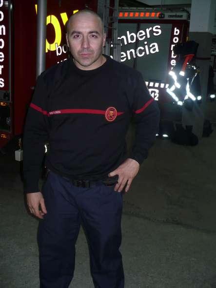 Un bombero salva a una mujer de un perturbado en Valencia.