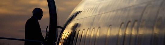 McCain sube al avión al atardecer