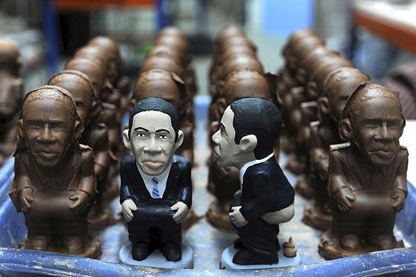 """Obama tiene su propia figura de belén    05/11/08. El presidente electo de los Estados Unidos, Barack Obama, cuenta ya con su figura del tradicional """"caganer"""" de los belenes catalanes, elaboradora por la familia Alós-Pla, de Torroella de Montgrí."""