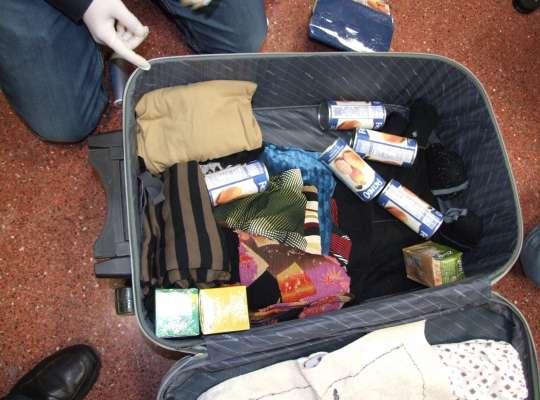 Las latas de conserva, llenas de cocaína, estaban en una maleta.