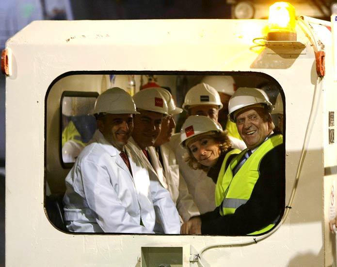 Esperanza Aguirre y el rey Juan Carlos en Leganés   07/11/08. El rey Juan Carlos, junto a la presidenta de la Comunidad de Madrid, Esperanza Aguirre, y el ministro de Industria, Miguel Sebastián durante la visita que realizó a las obras del metro que llegará hasta la localidad de Leganés, donde supervisó el trabajo de la tuneladora y recorrió parte del túnel.