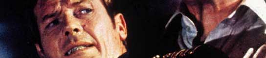 Roger Moore, en una de sus películas de James Bond.
