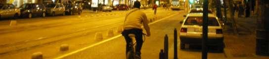 Un ciclista pasea por Doctor Vicente Zaragozá, una de las ciclocalles