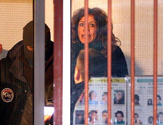 """Etarra gritando (18/11/2008). Grito etarra. Leire López Zurutuza, compañera de Garikoitz Aspiazu Rubina, Txeroki, tras el registro del piso donde fueron detenidos en Cauterets, Francia, el 17 de noviembre.  La mujer gritó en euskera """"¡Ganaremos! ¡Euskal Heria libre!"""""""