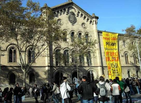 Los estudiantes, frente al edificio de la Universidad.