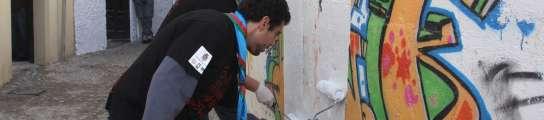 Limpieza de pintadas en el Albaicín, Granada.