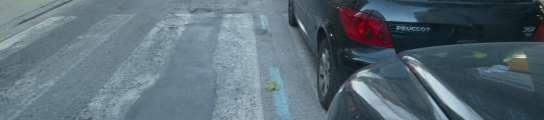 La zona azul pintada sobre el paso de peatones