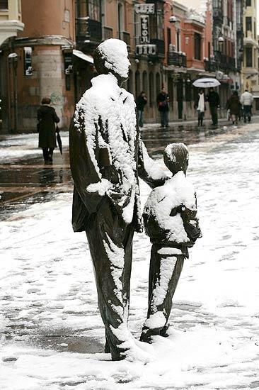 Padre e hijo congelados     28/11/08. Padre e hijo. Una escultura cubierta de nieve en una calle de León, ciudad cuyo ayuntamiento tiene dispuestas 300 toneladas de sal para el que caso de que sea necesaria su utilización en la limpieza de las calles tras la nevada caída.