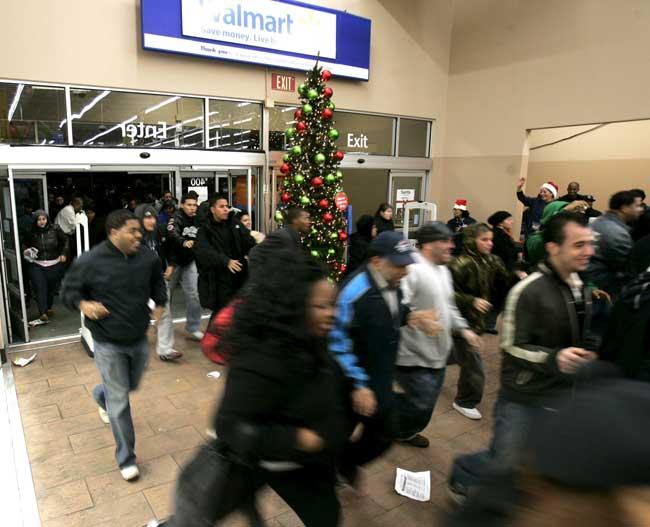 Imagen de personas a la carrera un día de ofertas en Wal Mart