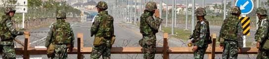 Soldados tailandeses rodeando uno de los aeropuertos de Bangkok. EFE