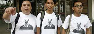 Los tres arrestados, ataviados con sus camisetas de canguros