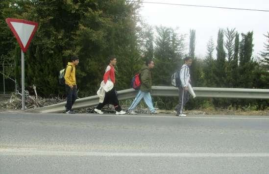 Niños caminando por la carretera