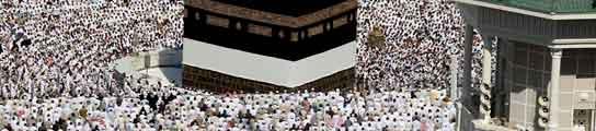 Decenas de miles de musulmanes rezan en el santuario de Kaaba en la Gran Mezquita de la Meca