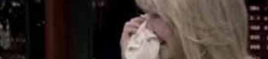 La actriz Heather Locklear, secándose las lágrimas