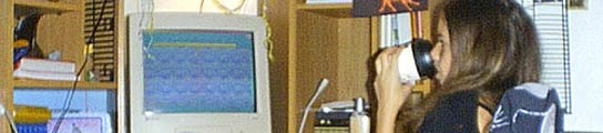 Una niña frente a su ordenador