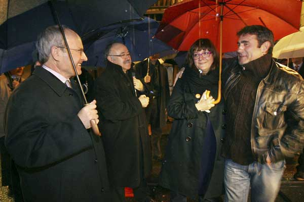El presidente de la Generalitat de Cataluña, José Montilla (i), y el vicepresidente, Josep Lluis Carod Rovira (2ºi), junto a la directorea de cine Isabel Coixet y el actor Sergi López.