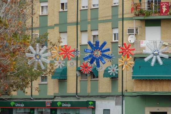 Una localidad granadina sustituye el alumbrado navide o por adornos reciclados - Adornos navidad reciclados para ninos ...