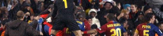 Eto'o y Messi apuntillan a un Madrid a 12 puntos del Barça (2-0)