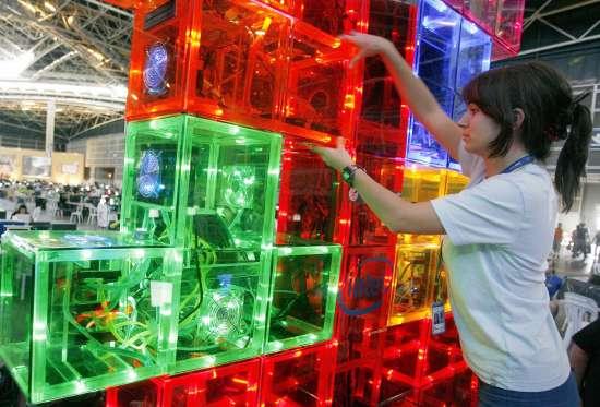 Una empleada ordenando torres de CPU
