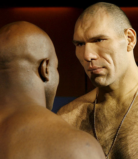 Mirada desafiante    19/12/08. Mirada desafiante. El campeón del mundo de los pesos pesados Nikolai Valuyev mira con gesto desafiante a Evander Holyfield poco antes de la pelea que se va a celebrar en Zurich.