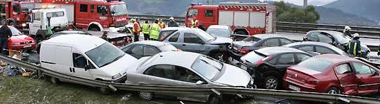 Veintisiete heridos en la A-8 en Muskiz tras el choque en cadena de 54 vehículos