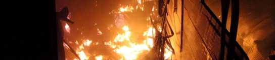 El fuego arrasa un almacén de productos procedentes de China en Badajoz