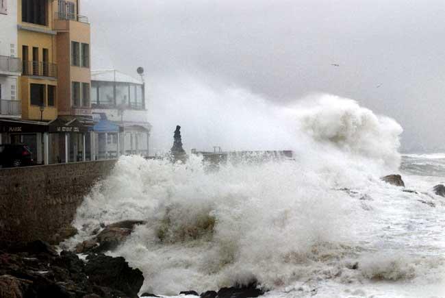 Una ola impactando contra la costa girundense el sábado por la mañana