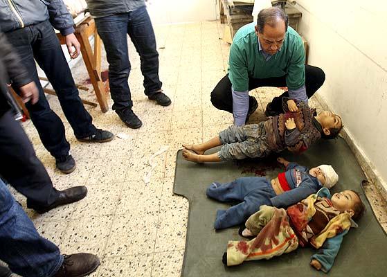 Niños muertos en Gaza (5/1/2008). Drama palestino. Cuerpos sin vida de niños en el hospital de Shifa en Gaza, muertos cuando un tanque israelí disparó contra la casa en la que vivían. Más de 500 palestinos, muchos de ellos civiles, han muerto durante la operación militar israelí en la zona.