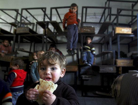 Niños palestinos reciben alimentos